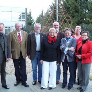 auf dem Foto sind v. l. n r.: Martin Nenno (Schulleiter), Hellmut Fischer, SPD-Fraktionsvorsitzender, Willi Trippe, Karin Wietheger, Helmut Schwerdtfeger, Edith Justen-Bechstein, Anna-Maria Barucija, Siegrun Ey
